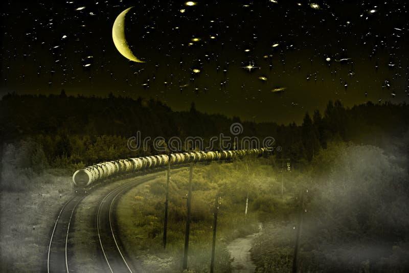 O trem de mercadorias vai sob o céu com estrelas enormes imagens de stock royalty free