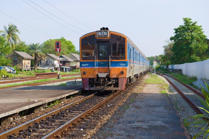 O trem de passageiros chega na estação de trem de Phetchaburi, Tailândia fotos de stock