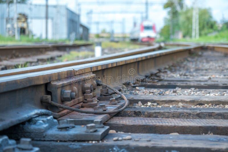O trem de passageiros entra na estação de trem fotos de stock