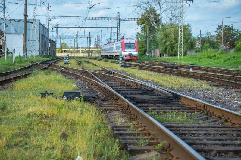 O trem de passageiros entra na estação de trem fotografia de stock