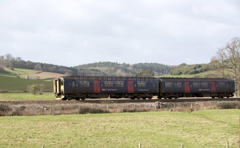 O trem de passageiros viaja ao sul de Exeter em Devon Reino Unido fotos de stock