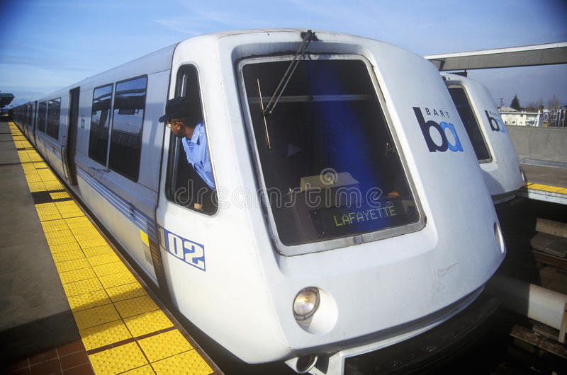 O trem de San Francisco Bay Area Rapid Transit, referido geralmente como o BARONETE, leva assinantes a seu destino seguinte fotos de stock royalty free