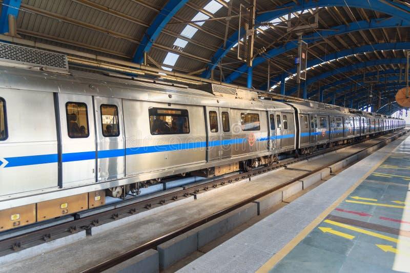 O trem do metro de Deli parou na estação de metro em Nova Deli India fotografia de stock