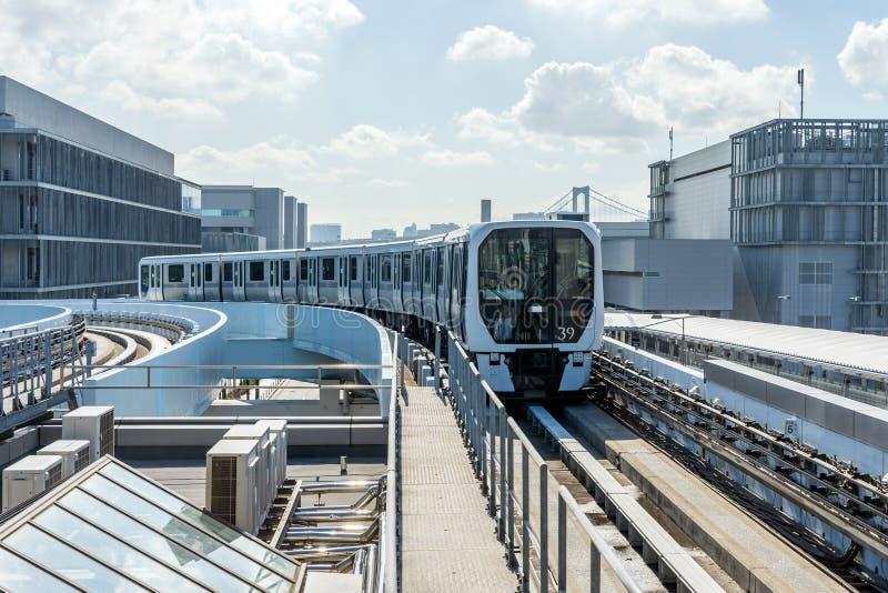O trem do monotrilho está aproximando uma estação de metro foto de stock royalty free