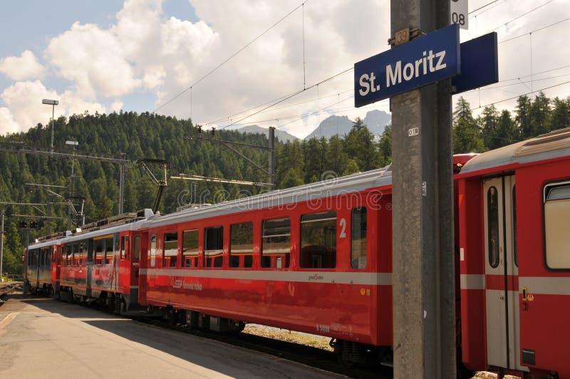 O trem do patrimônio mundial do Unesco tropeça começos em Chur e extremidades em St Moritz fotografia de stock royalty free