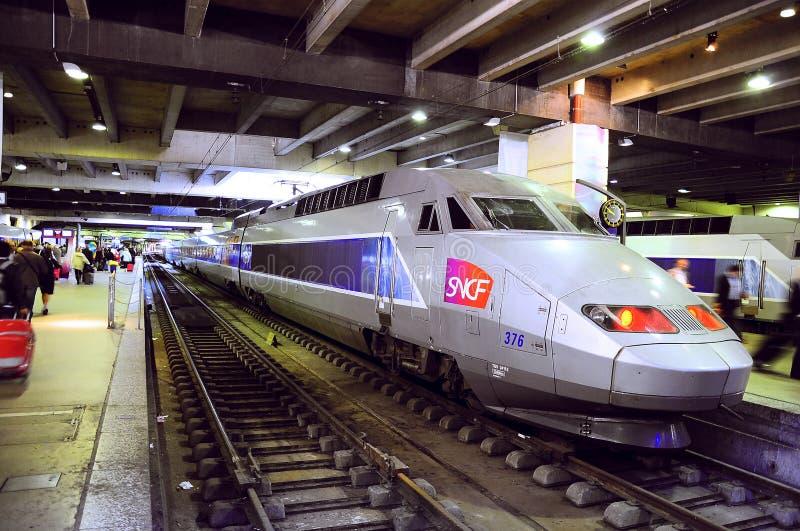 O trem do TGV está na estação de trem de Montparnasse fotos de stock