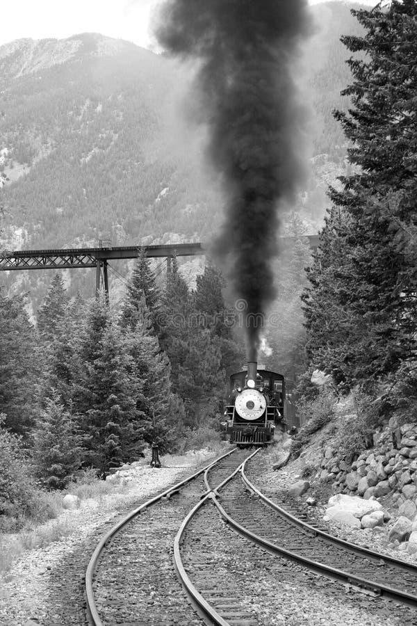 O trem do vapor está vindo acima imagem de stock royalty free