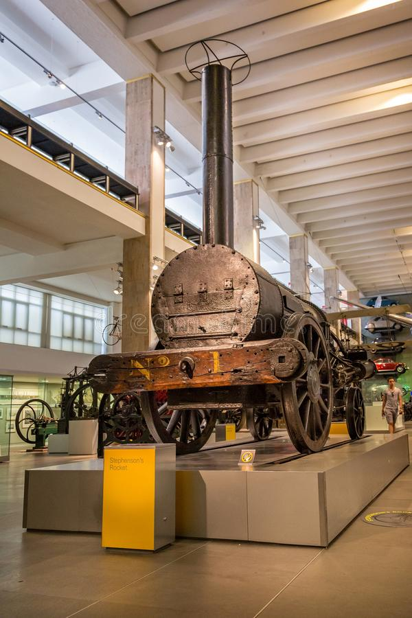 O trem do vapor do Rocket do Stephenson original na exposição no museu de ciência, Londres, Inglaterra fotografia de stock