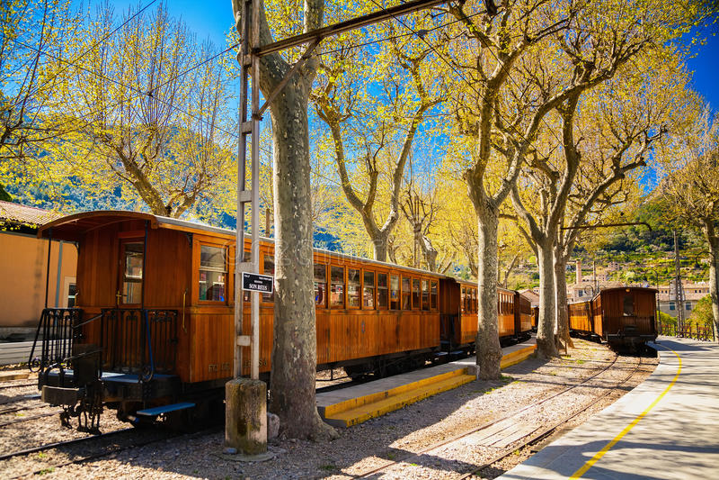 O trem do vintage para na estação em Soller imagem de stock