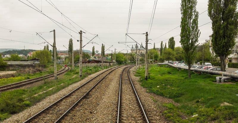 O trem e o curso fazem um dia bonito imagem de stock