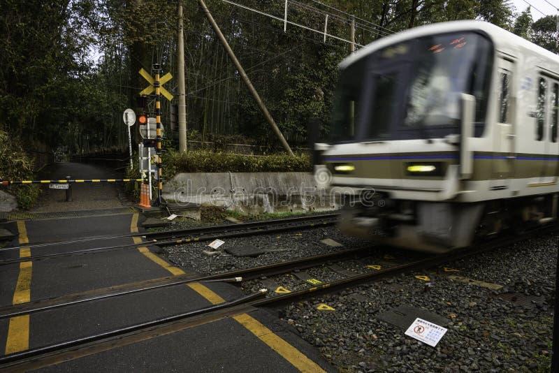 O trem está passando a estrada de ferro Kyoto Japão imagem de stock royalty free
