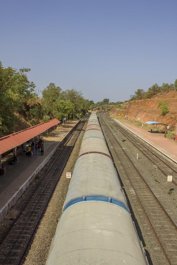 O trem indiano está perto da plataforma com povos de espera, vista superior da estrada de ferro imagens de stock royalty free
