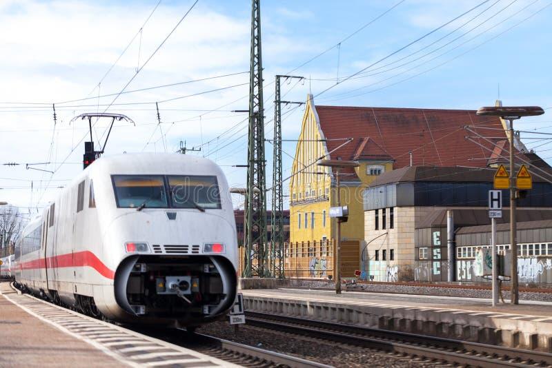 O trem Interurbano-expresso de Deutsche Bahn passa o fuerth do estação de caminhos-de-ferro em Alemanha fotografia de stock