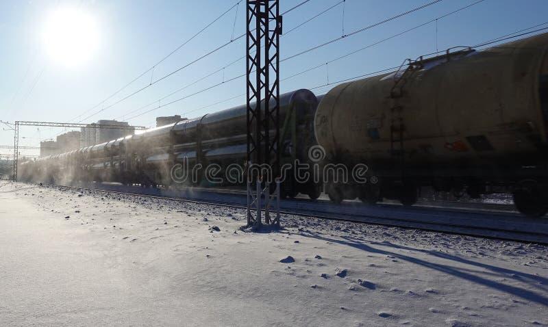O trem leva as grandes tubulações para o encanamento Inverno Neve de debaixo das rodas O efeito do movimento Rússia Região de Mos imagens de stock royalty free
