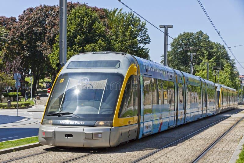 O trem leve do trilho do metro faz Porto, Portugal imagem de stock