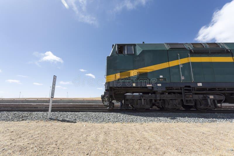 O trem Lhasa embarcou à força parado na estação, Tibet imagem de stock royalty free