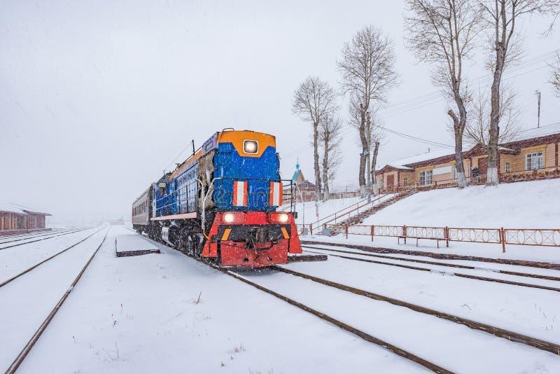 O trem local antes da partida está pela plataforma da estação de Kultuk imagem de stock royalty free