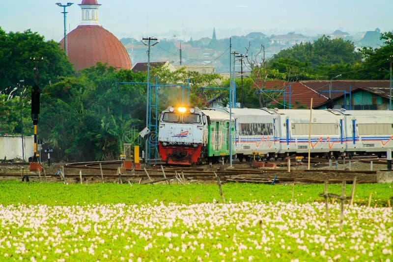 O trem número 2 em java parte da estação de Semarang Tawang imagens de stock royalty free