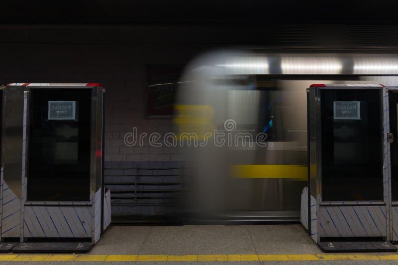 O trem novo do metro que corre no subsolo em Deli, Índia Borrão de movimento, exposição longa, ponto de vista do passageiro da es fotos de stock royalty free