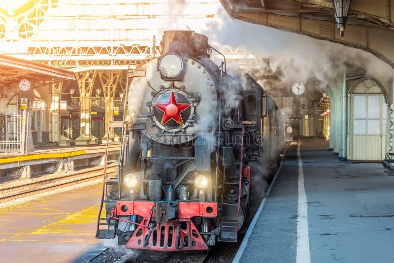 O trem retro do vapor está na estação de trem do vintage imagens de stock royalty free