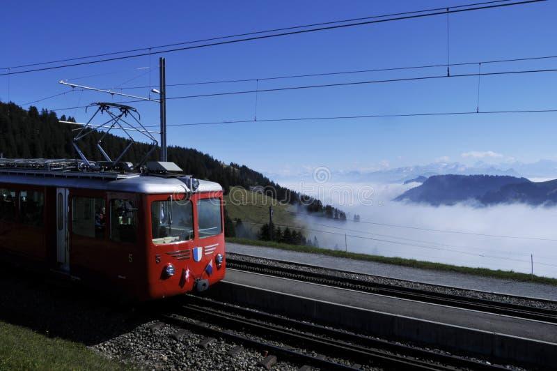 O trem a Rigi-Kulm - uma atração turística principal - perto de Kaltb fotografia de stock