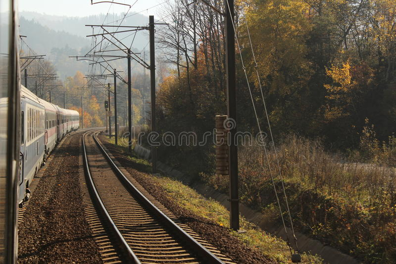O trem rola sobre no outono fotografia de stock royalty free