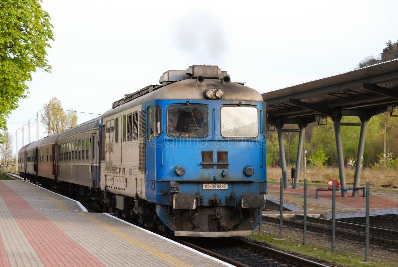O trem romeno do portador da estrada de ferro do estado chega em Piatra-Neamt imagens de stock royalty free