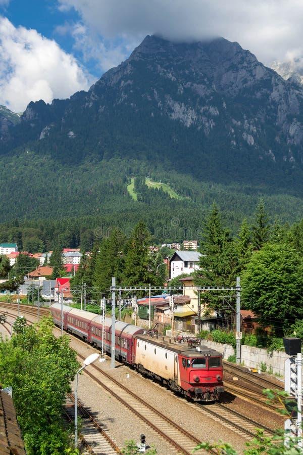 O trem romeno que cruza o vale de Prahova nas montanhas Carpathian, traz aos turistas a viagem fotos de stock royalty free