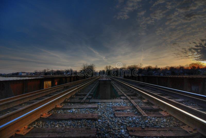O trem segue HDR foto de stock