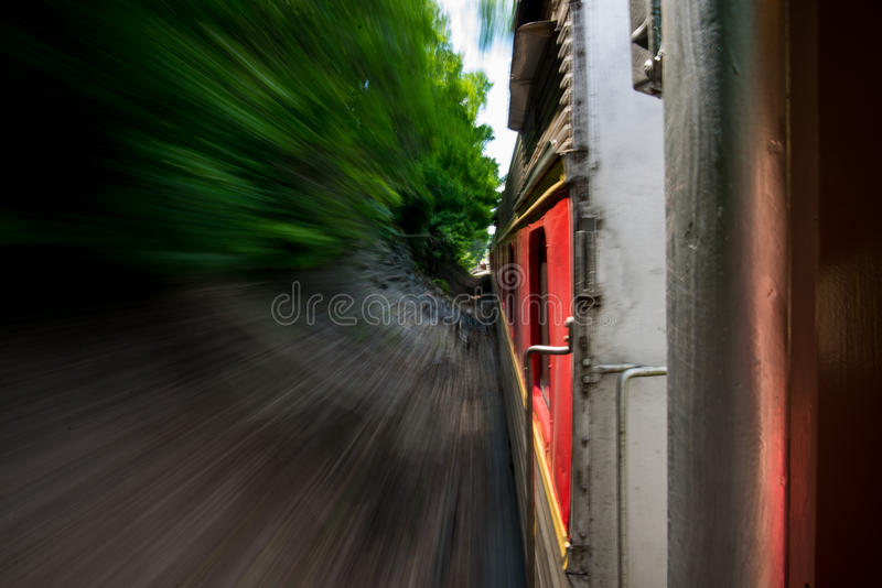 O trem zumbe sobre fotografia de stock royalty free