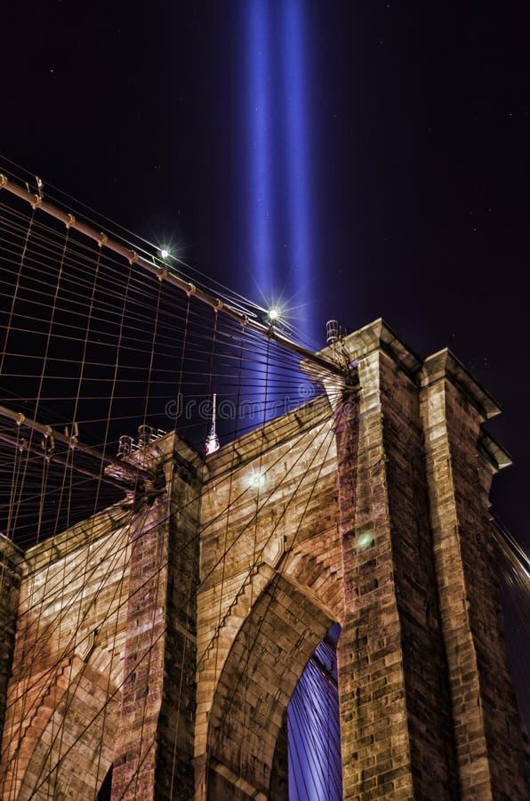 O tributo 911 na luz e na ponte de Brooklyn fotos de stock