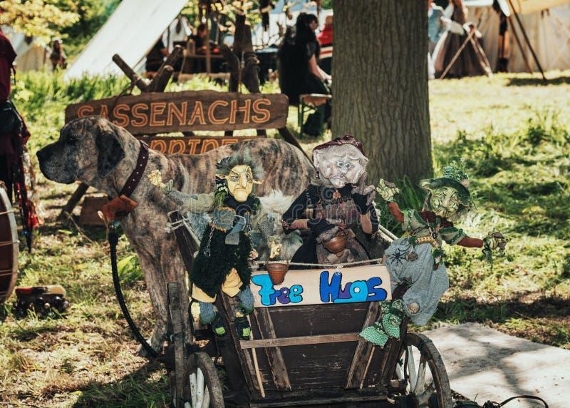 O trole encheu-se com os fantoches da bruxa puxados por um cão grande durante foto de stock royalty free