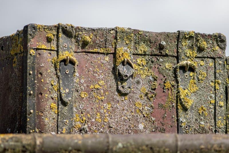 O tronco velho da arca do tesouro afundado do pirata recuperou do mar imagens de stock