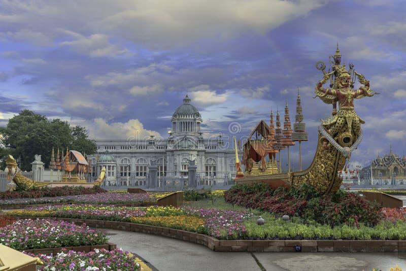 O trono real Salão da cisne de Suphan é indicado no pátio equestre foto de stock