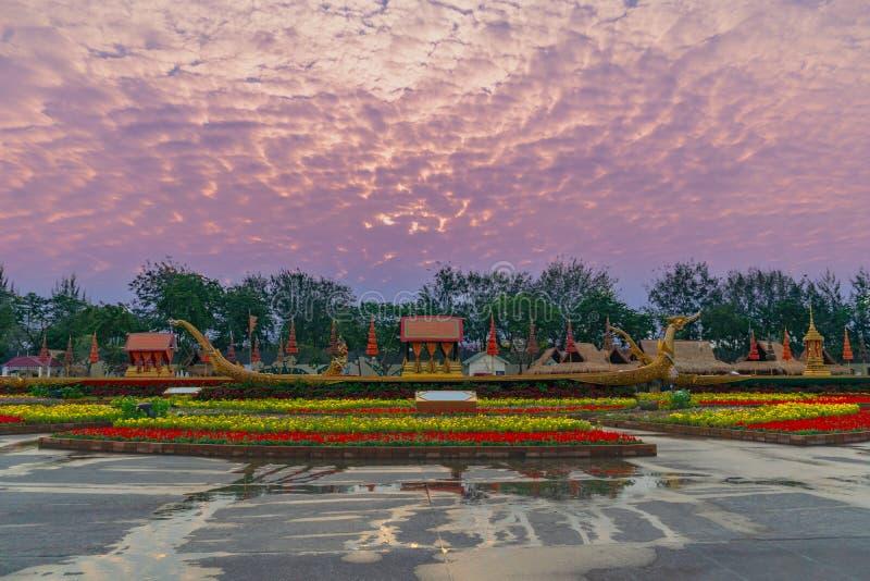 O trono real Salão da cisne de Suphan é indicado no pátio equestre foto de stock royalty free