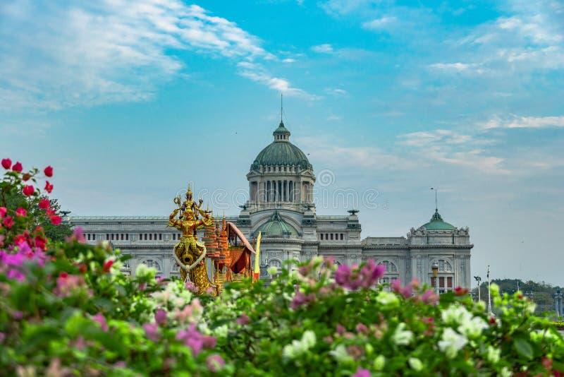 O trono real Salão da cisne de Suphan é indicado no pátio equestre fotografia de stock