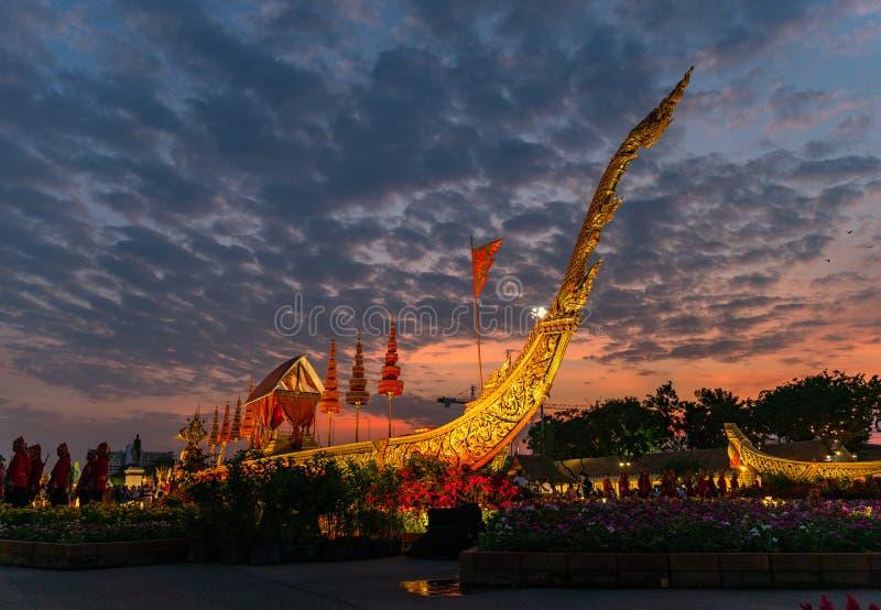O trono real Salão da cisne de Suphan é indicado no pátio equestre dentro do festival do Un Ai Rak Khlai Khwam foto de stock