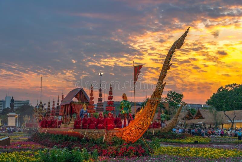 O trono real Salão da cisne de Suphan é indicado no pátio equestre dentro do festival do Un Ai Rak Khlai Khwam fotografia de stock royalty free
