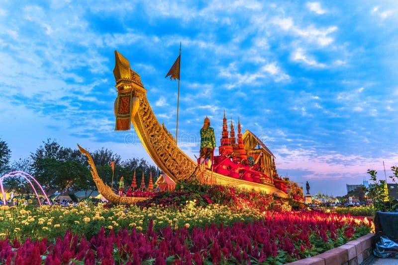 O trono real Salão da cisne de Suphan é indicado no pátio equestre dentro do festival do Un Ai Rak Khlai Khwam fotografia de stock