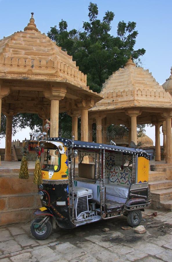 O tuk-tuk decorado estacionou no templo de Gadi Sagar, Jaisalmer, Índia fotos de stock royalty free