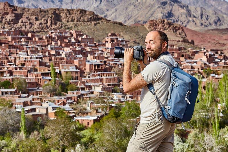 O turismo em Irã, viajante de solo fotografa a vila de Abyane fotos de stock