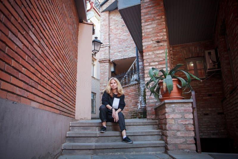 O turista anda através das ruas de Tbilisi fotos de stock royalty free