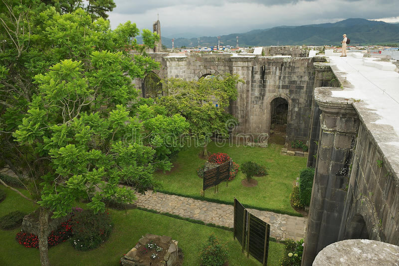 O turista aprecia a vista às ruínas da catedral de Santiago Apostol em Cartago, Costa Rica fotos de stock