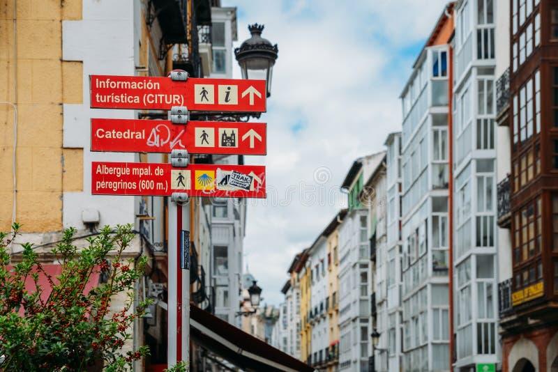 O turista assina dentro o centro de cidade histórico de Burgos, a Espanha de que é um destino chave ao longo do Camino de Santiag foto de stock royalty free