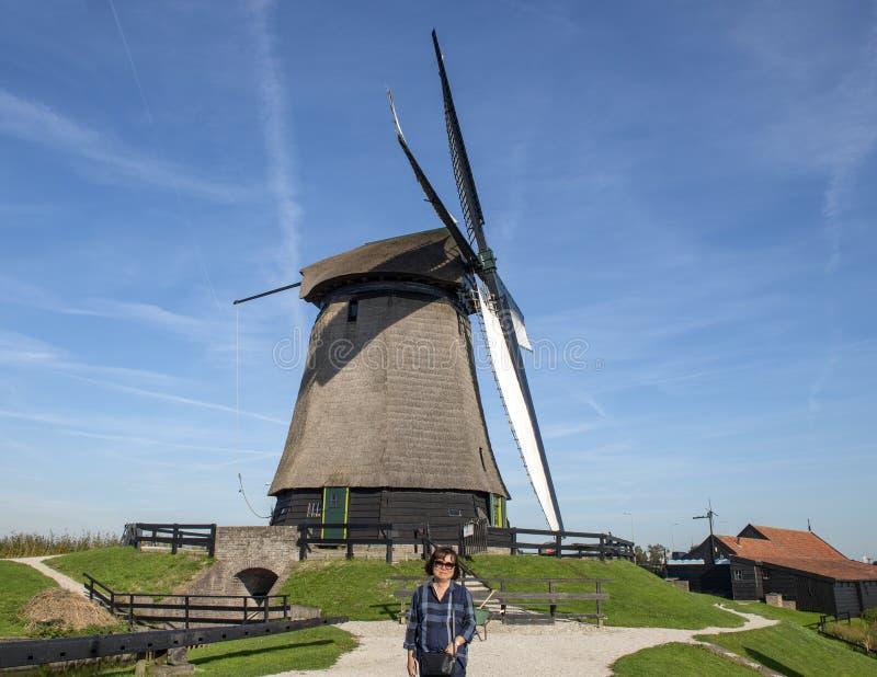 O turista coreano na frente do moinho do museu de Schermerhorn e os visitantes centram-se, Stompetoren, Países Baixos foto de stock royalty free