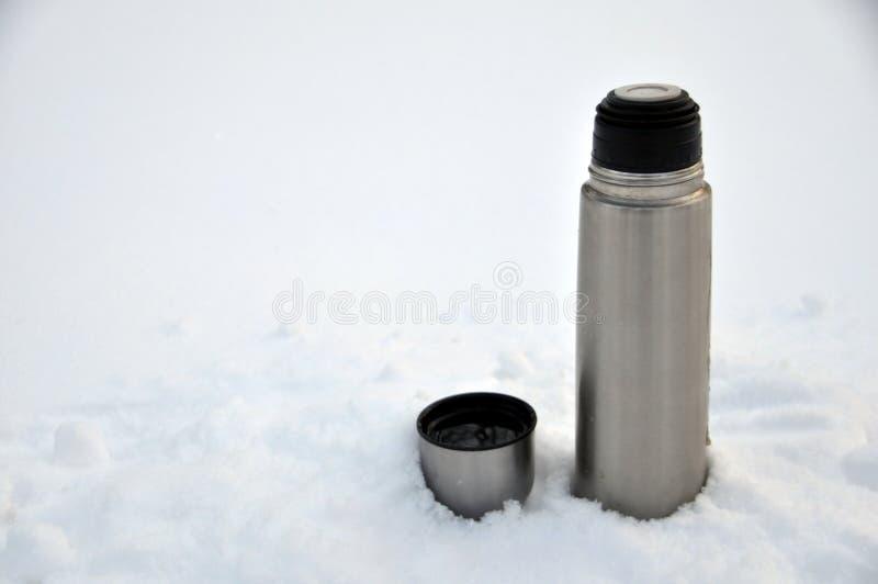 O turista da garrafa térmica e do aço agride com branco da neve imagens de stock royalty free
