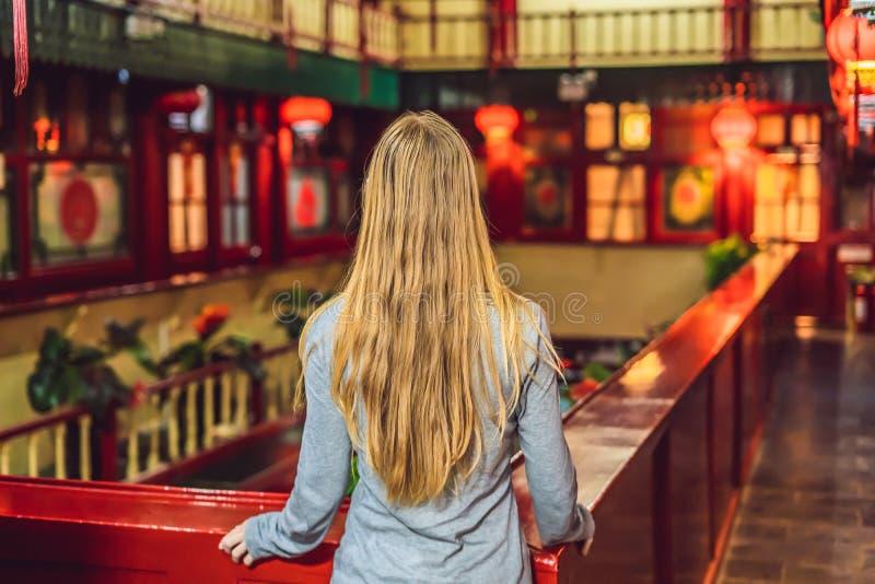 O turista da jovem mulher olha as lanternas tradicionais chinesas Ano novo chinês Curso ao conceito de China fotos de stock royalty free