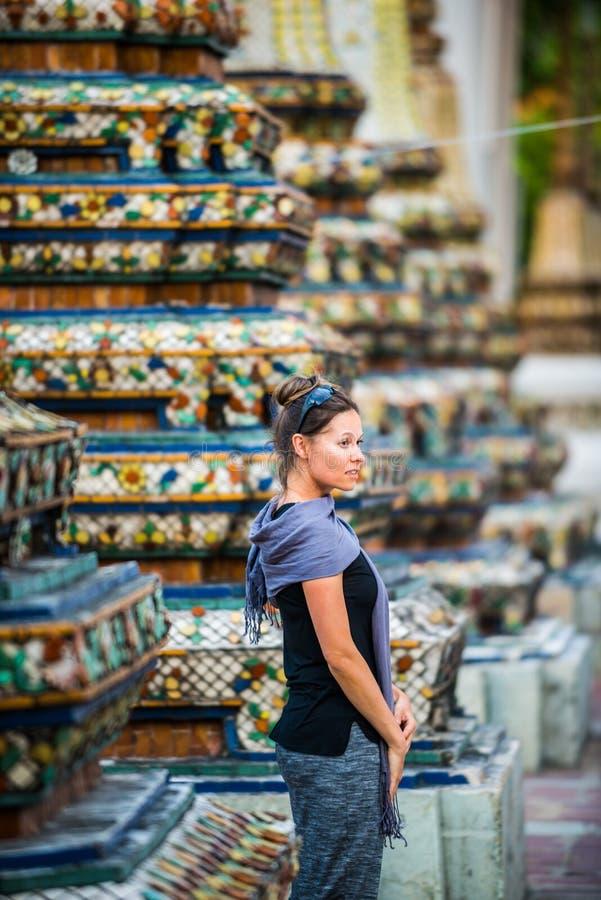 O turista da mulher admira Wat Pho Temple Bangkok Thailand fotos de stock