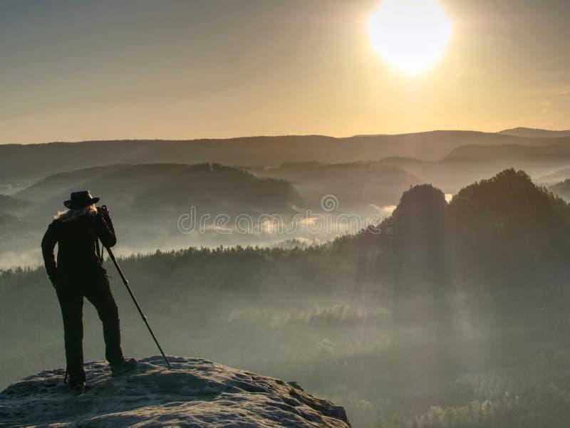 O turista do fotógrafo da senhora com câmera dispara no nascer do sol imagem de stock royalty free