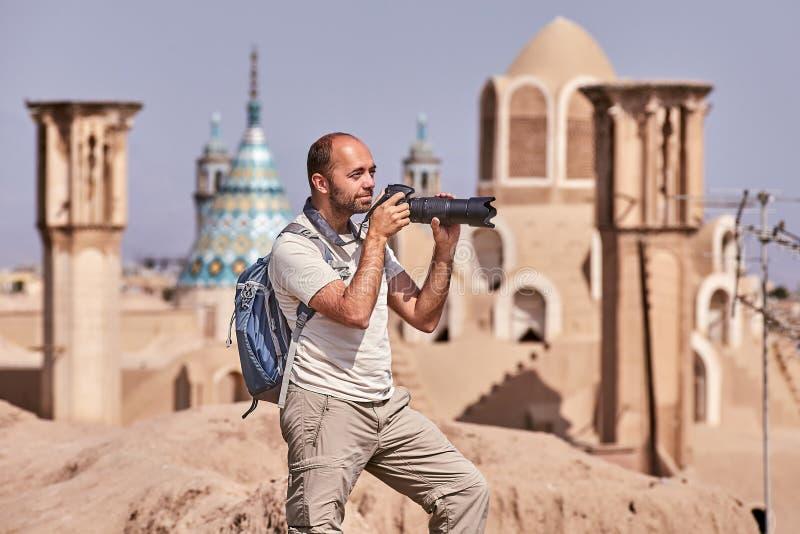 O turista durante o único curso toma a foto na cidade antiga fotografia de stock